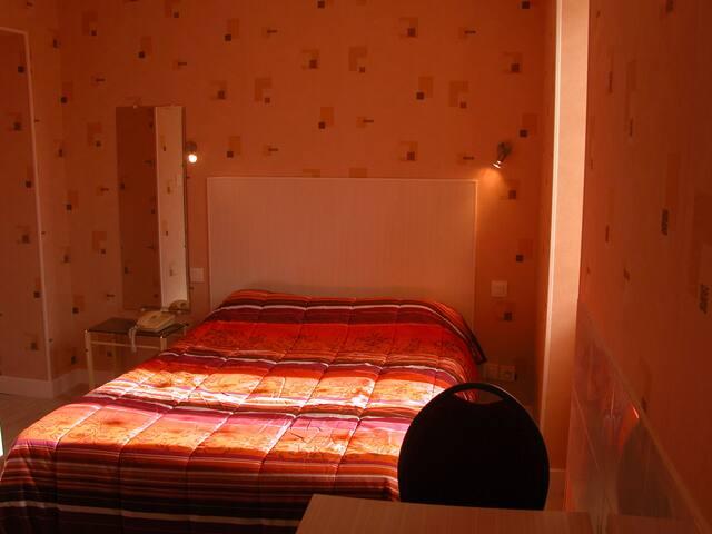 beau studio  avec lit fait à votre arrivée