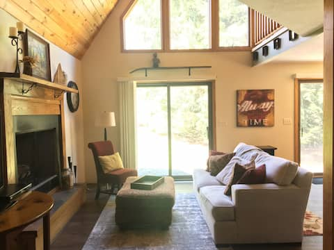 Lakeside Lodge—Secluded Family Getaway Sleeps 10