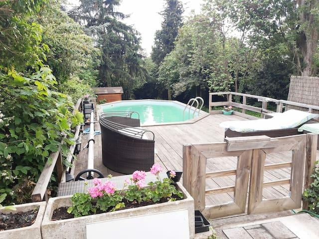Chambre calme dans verdure, piscine, RER C