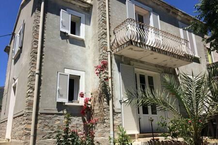 Maison familiale de caractère dans Bastia centre.