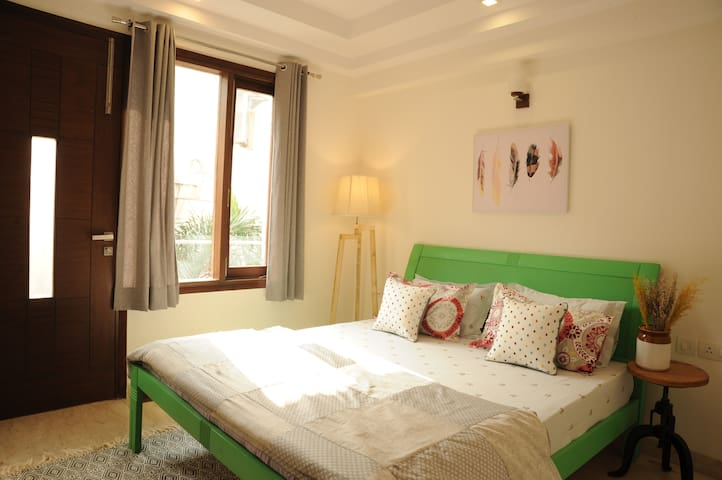 Mint- Quirky&Cozy Room with Private Balcony