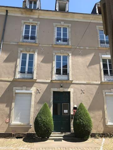 Entrée immeuble (situé dans une cour)