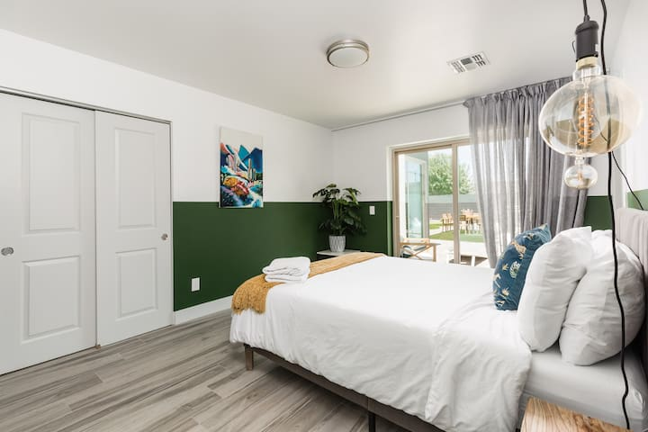 3rd bedroom with king size bed and en-suite