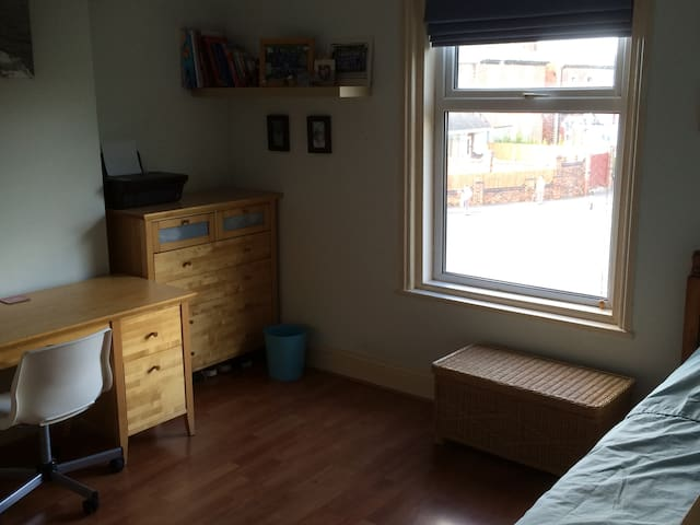 Charming spacious single room - Southport