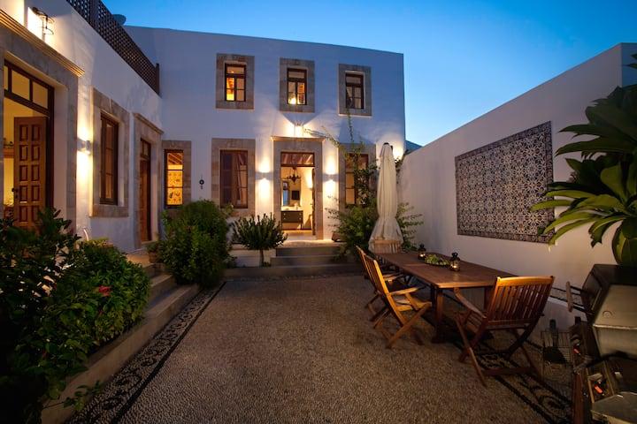 Villa Lindos, 280 m² / 3,010 ft²