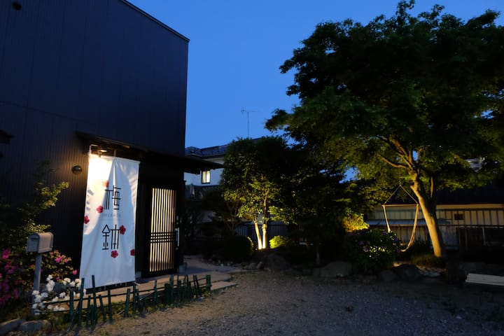 夜の外観 庭がライトアップされます