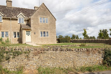 Coln St Aldwyns, Cotswold cottage, Cripps Barn