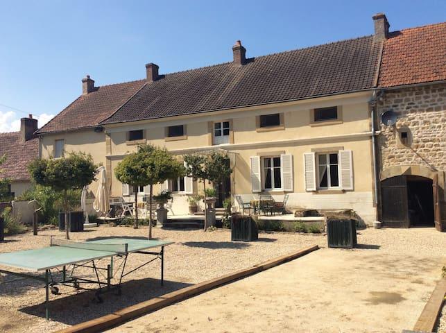 """Maison de Maître """"La Terre"""" 'Roze kamer' - St leger du bois - ที่พักพร้อมอาหารเช้า"""