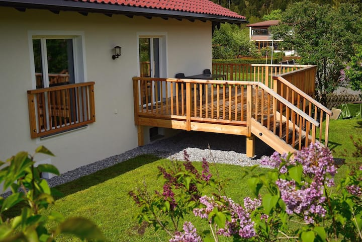Ferienhaus mit Balkon, Veranda und Garten
