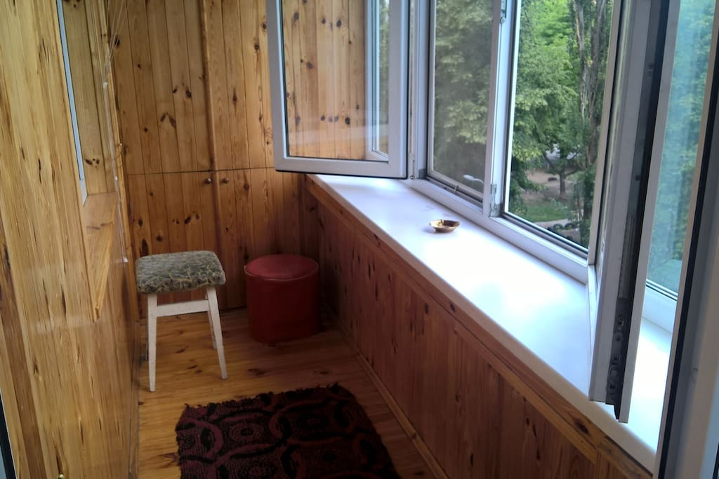 Балкон. Окна выходят во двор, по этому в квартире всегда тихо, не шумно. Здесь можно курить, есть пепельница.