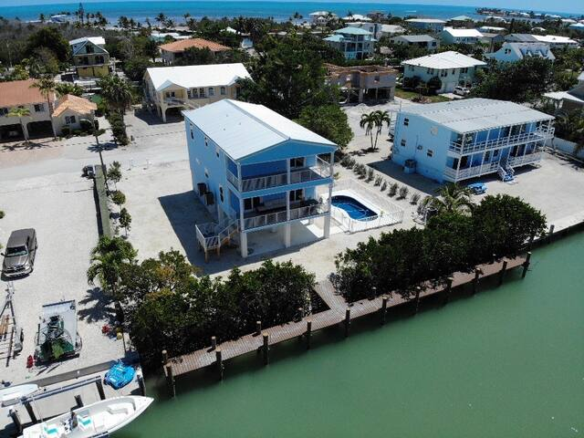 Canal Front, 100 ft Dock,  Heated Swimming Pool!!
