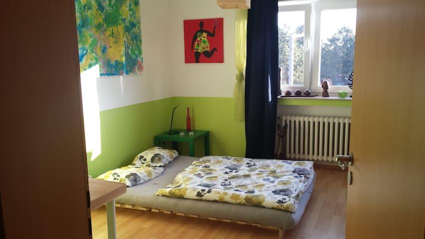 Großes Zimmer nahe Rhein & Bahnlinie