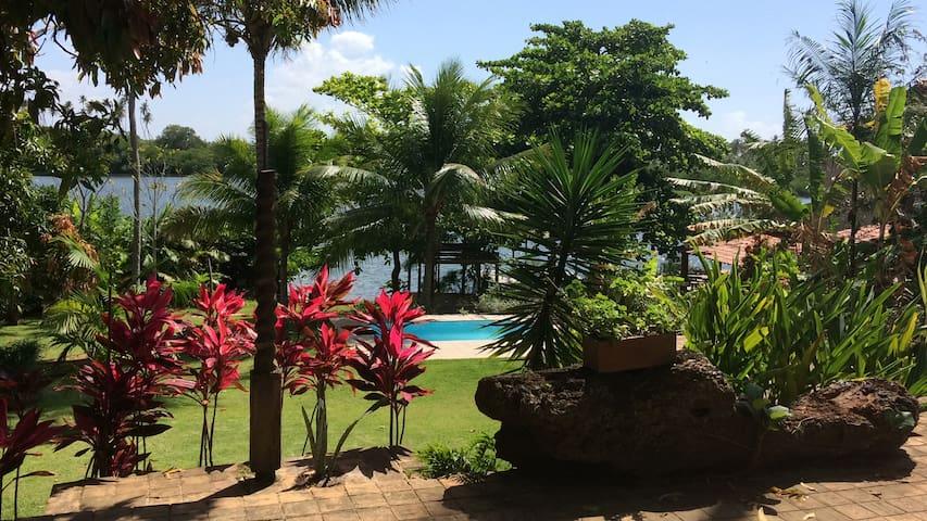 Linda Casa na Beira da Lagoa