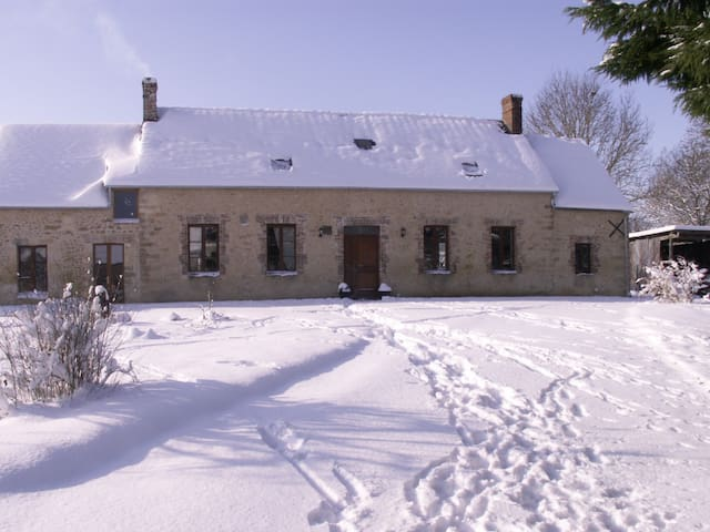 Traditional stone farmhouse - Sainte-Scolasse-sur-Sarthe - Hus