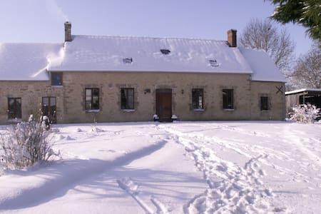 Traditional stone farmhouse - Sainte-Scolasse-sur-Sarthe - Rumah