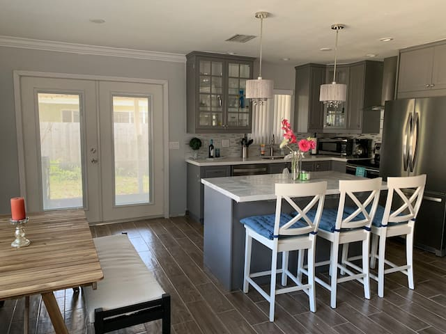 Newly Renovated Cozy Beach House Fort Lauderdale