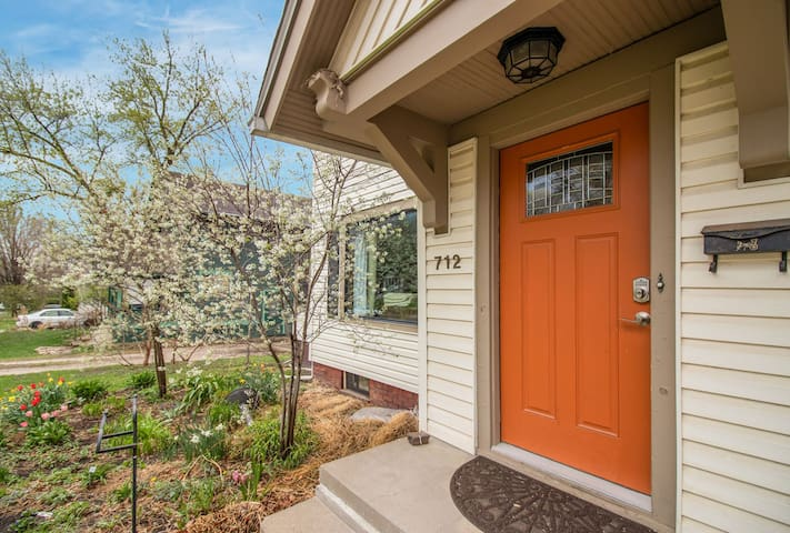Lovely home sleeps 10 in DSM, 1.8 mi. to Downtown