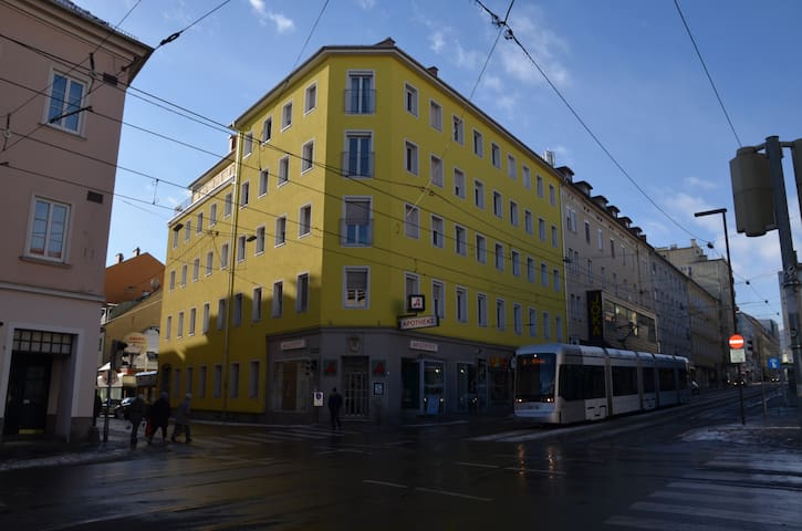 Die Wohnung liegt im 3ten Stock über der Apotheke an der Ecke zur Annenstraße