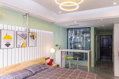 【Room1】万达广场/100寸投影/北欧温馨小屋/星级卫浴/周末闲暇看电影(材料齐全、可以烧饭哟)