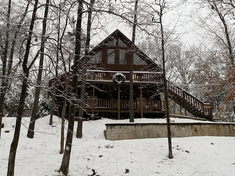 Cozy Cabin by beautiful Beaver Lake with hot tub!