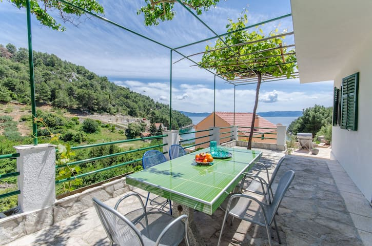 One bedroom Remote cottage, beachfront in Bogomolje