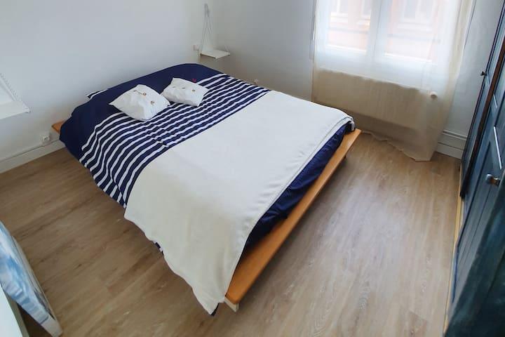 """Chambre à l'esprit """"Marin"""" avec lit double et armoire de rangement"""