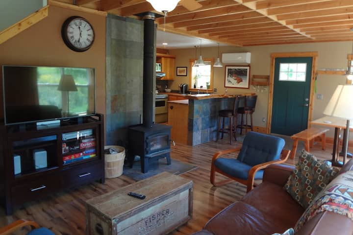 Cabin Life Within a Mile of Downtown Port!