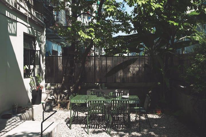 暮然安眠空间——独立市井小院,毗邻丽水学院,临近冒险岛,适合家庭朋友聚会小憩,中古老干部风小套居所。