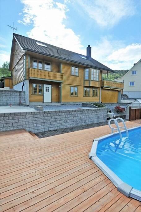 vom Pool auf die Wohnung (unten, weiße Eingangstür,) from the pool