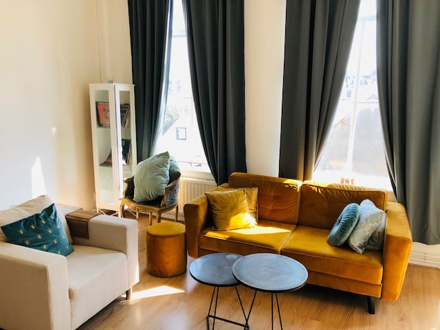 Cute and light apartment in downtown The Hague!