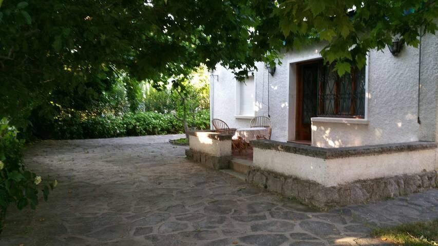 Casa rustica con amplio jardín.