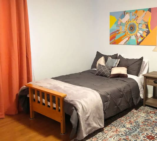 Lovely room and in nice area close to Hollywood