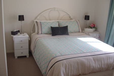 Beautiful decor room with Queen bed - Hastings