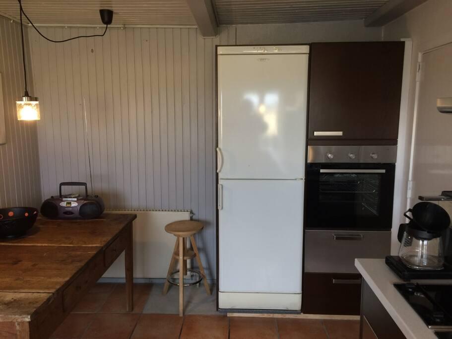 Stort afsætningsbord, køleskab, fryser og ovn