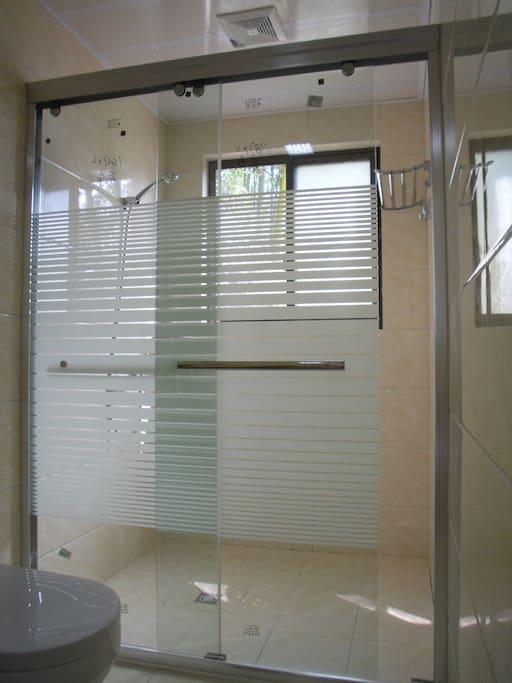 待单独淋浴房的卫生间,让您洗浴更加舒适