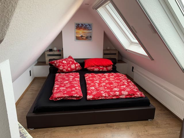 Schlafzimmer 2. Weiches Bett mit Geltopper.