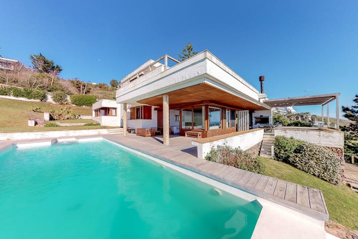 Oceanfront spacious getaway w/private pool & beautiful water views!