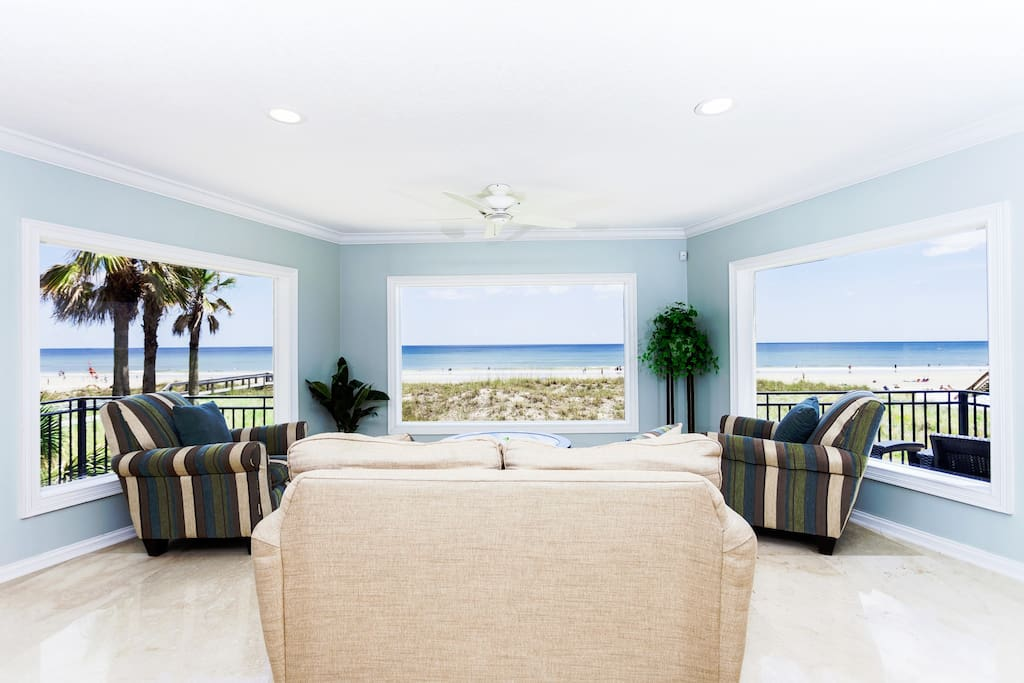 Multi-million dollar views - Thanks to the massive a bowed alcove with 3 long windows providing a panoramic view of the ocean windows, you're never out of sight of the ocean in here!