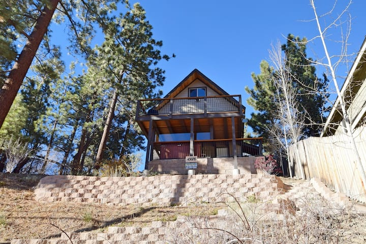 The Bunk House: Slope Views! Hot Tub! Propane BBQ! Internet! Gas Fireplace!
