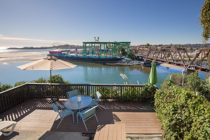 Cute bungalow overlooking the Santa Cruz Beach Boardwalk!