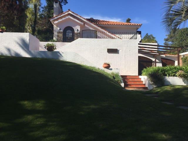 Hermosa vivienda con piscina, play room y jardín