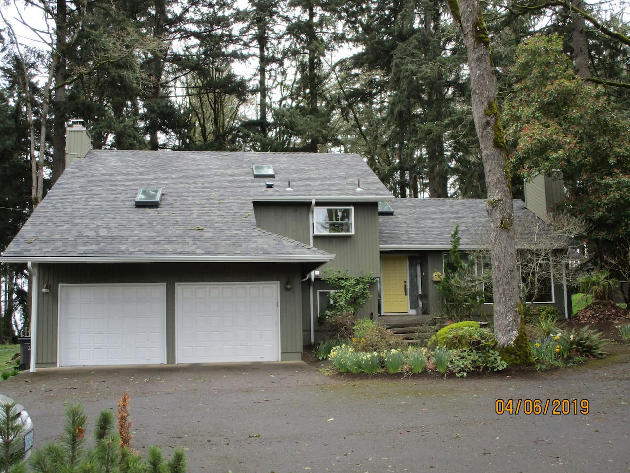 Private home one mile from Oregon Garden entry. Plenty of parking