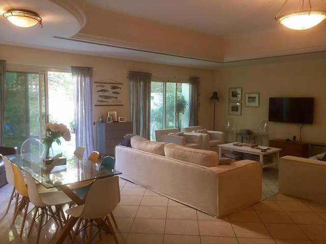 Perfect family villa in Umm Suqeim, pool & tennis - Dubai