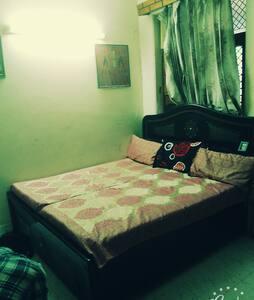 Comfortable house, green surrounding,big balcony - New Delhi - Aamiaismajoitus