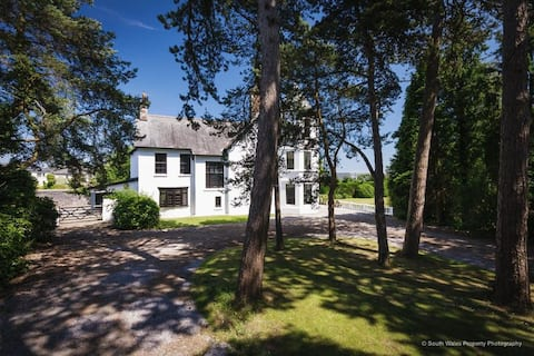 Luxury house 25 minutes from Cardiff, sleeps 18