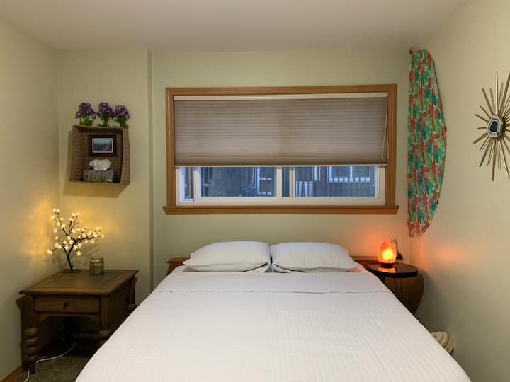 (Near Airport) Mt.Rainier Room: Queen bed w/ TV