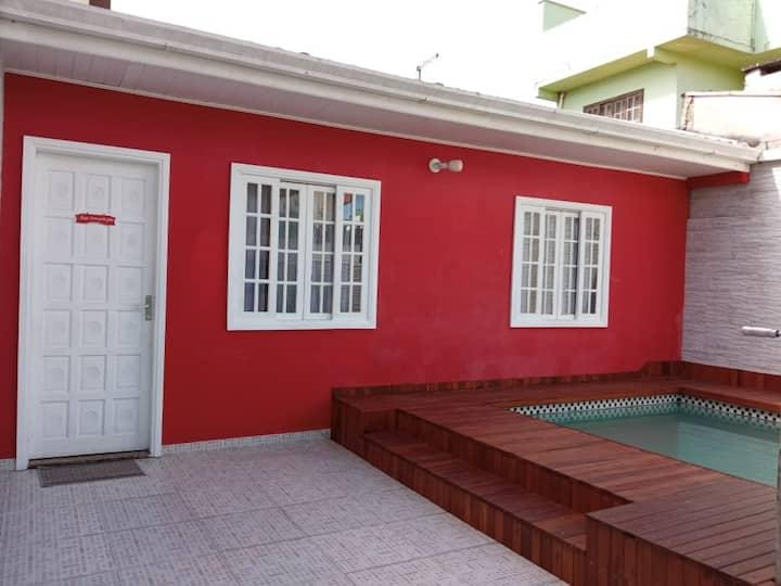 Casa com piscina a 400 m da praia Central