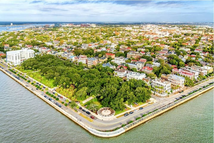 Downtown Charleston - Best Location, Sleeps 4!