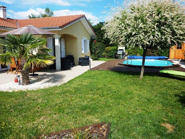 Maison avec piscine au calme entre ville et nature - Tignieu-Jameyzieu - House