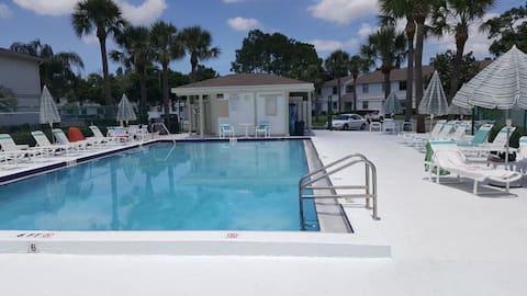Beautiful 2 bed apt w/shared heated pool
